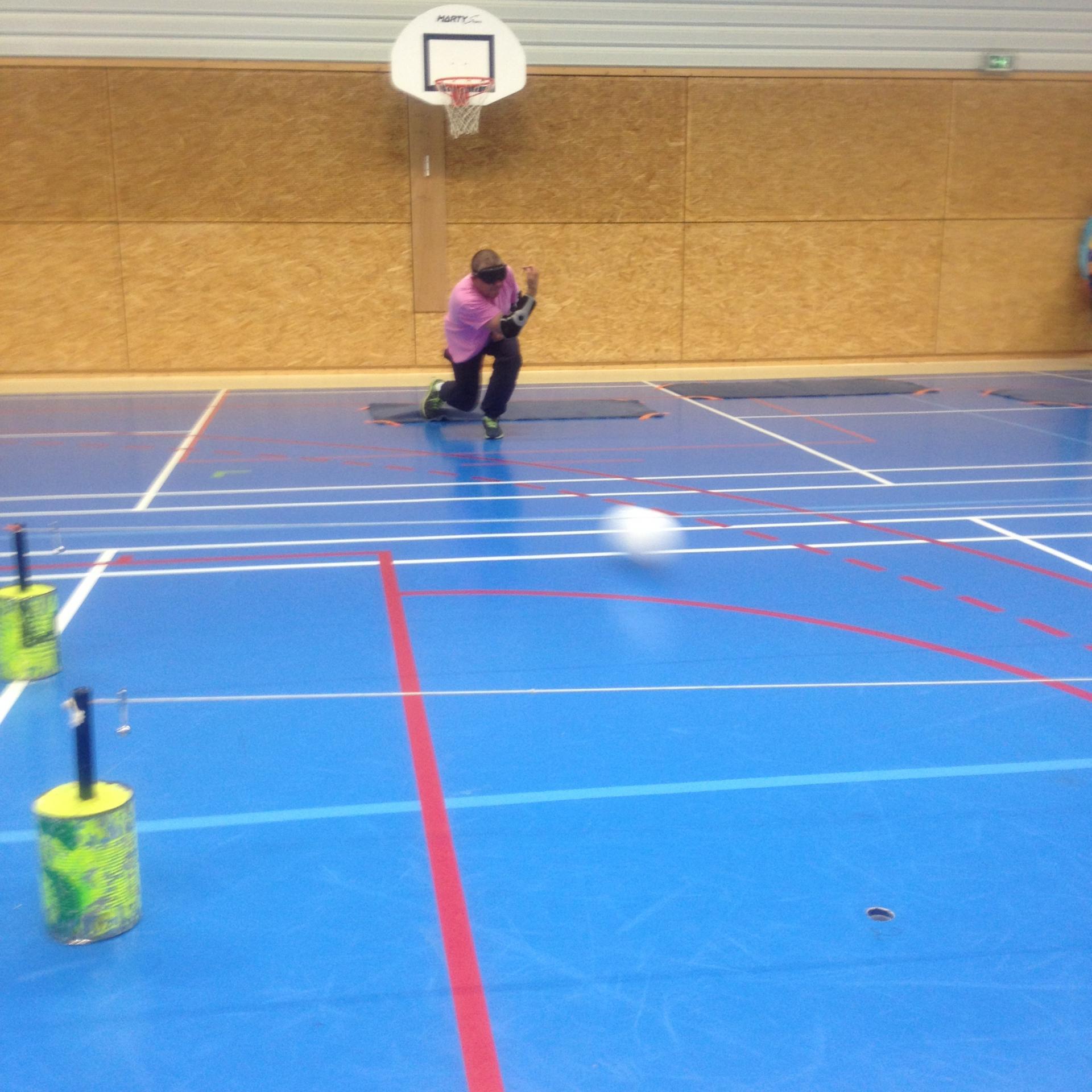 Lancer de ballon avec la main pour marquer un but
